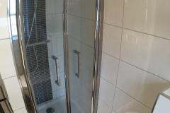 De douche met 2 douchekoppen