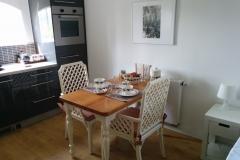 De tafel met het keukenblokje
